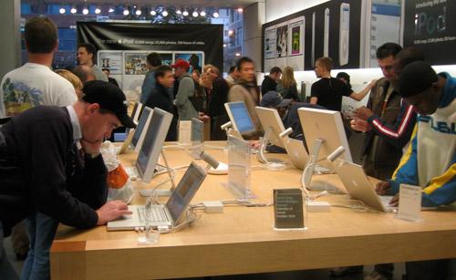 Apple_Store_North_Michigan_Ave_Chicago_IL-2005-10-22_ROTATED