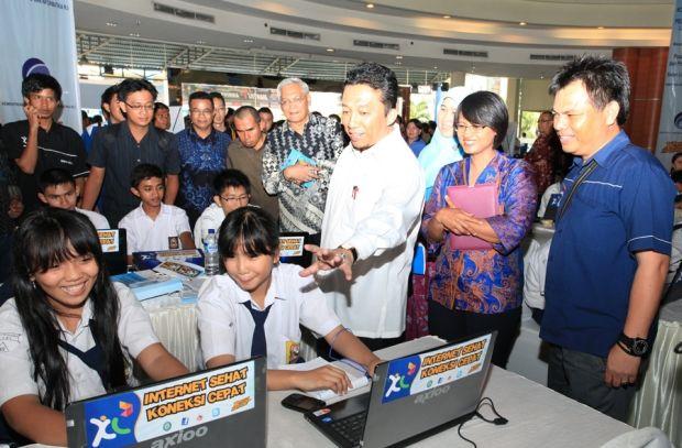 XL-Sosialisasi-Internet-sehat-di-Manado