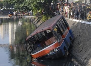 warga-menyaksikan-metromini-yang-mengalami-kecelakaan-dan-masuk-nyebur-_120309083407-771